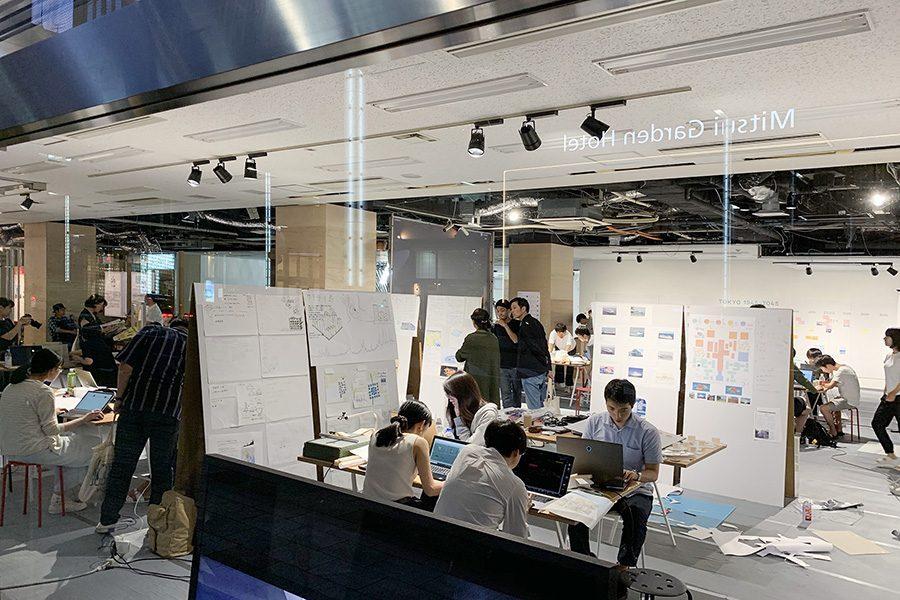 """敷地の背景や現在の東京の街に対する問題点など、プログラムの核となるリサーチの結果は、 大通りに面したガラス窓に向け""""展示""""として掲示される。"""