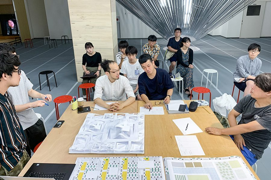 毎日の提案に対し、日替わりで訪れる参加建築家がコメントを行い、時にともに頭を悩ませながら さらに提案をブラッシュアップする。