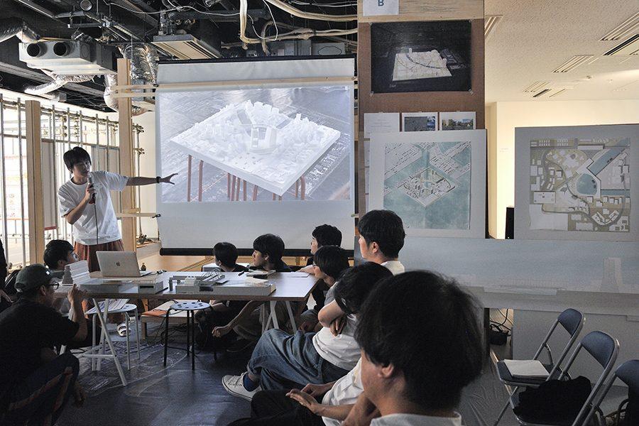 1km四方という敷地を、二つの特徴を持った島にわける。オリンピック・パラリンピック後の 東京=「TOKYO2021」を考えるために、この20年で小さな地域の集合へと更新された 東京の像を参照しながら新たな都市を描く。